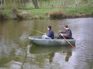 type-barque-peche-en-riviere